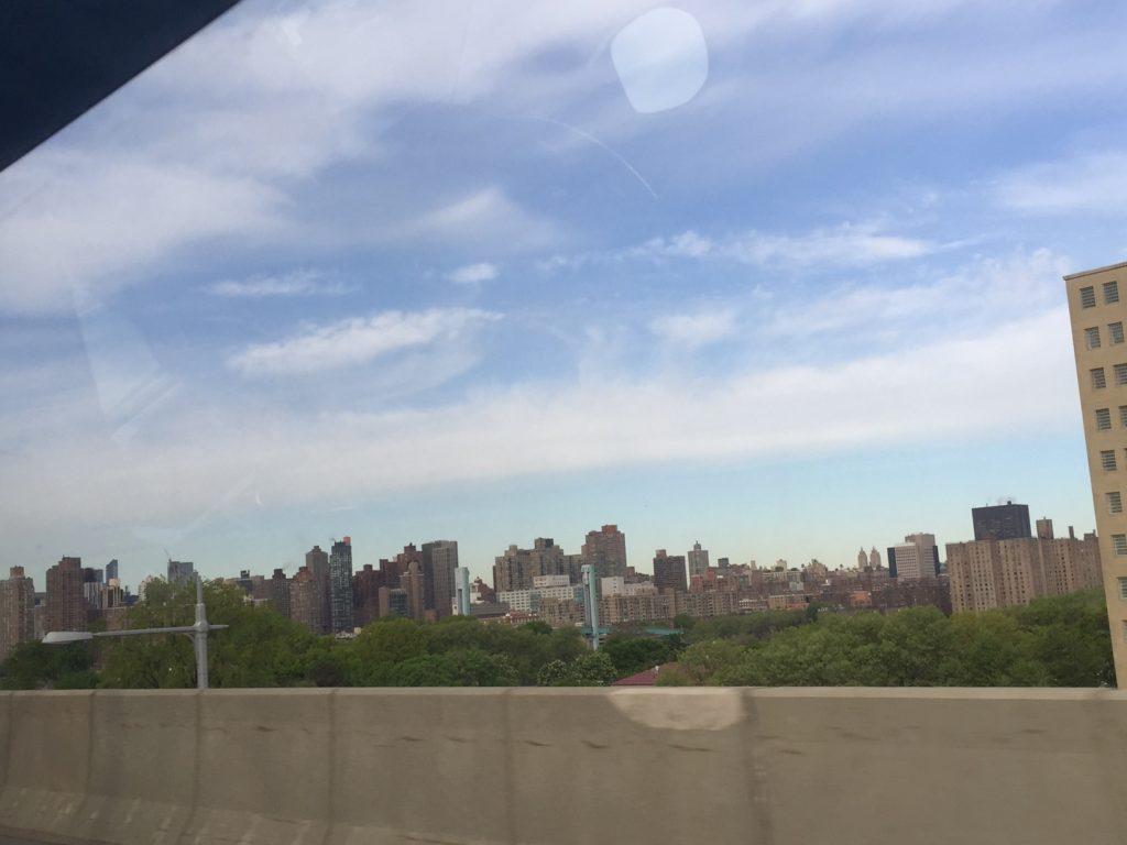高速道路を走るタクシーの車内から見たマンハッタンの写真