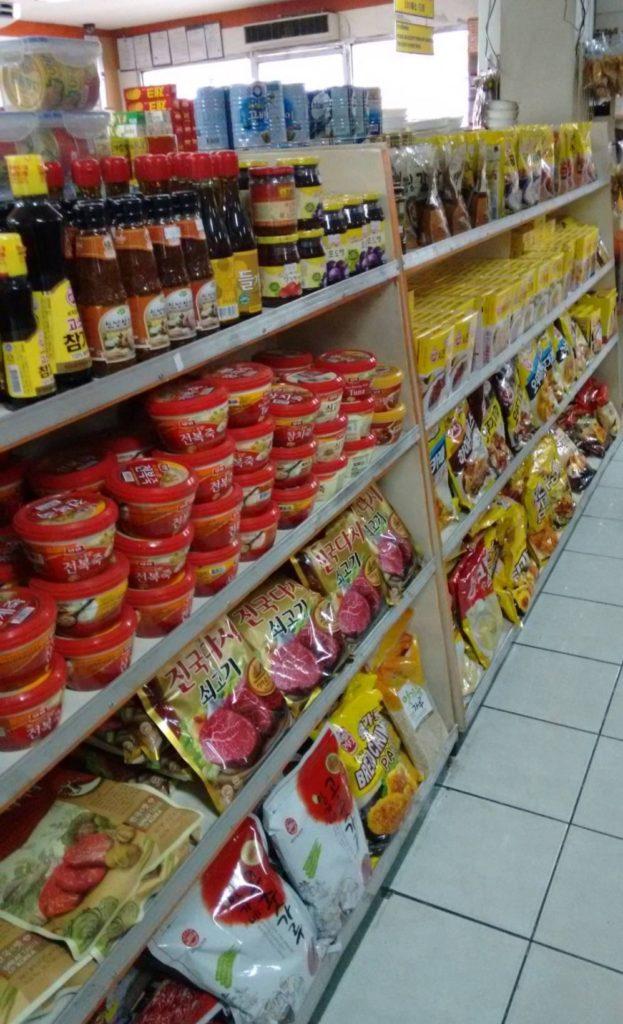 コンビニ Assi Mart(徒歩約10分。日本と韓国の商品が買える店)