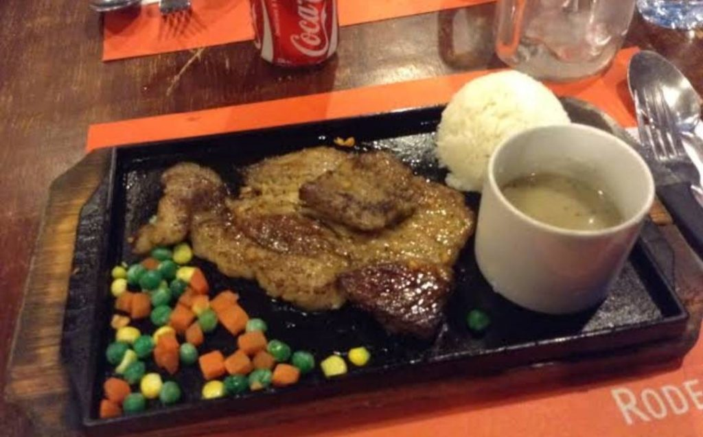 RODEO Grill(徒歩約5分。ステーキとフィリピン料理を楽しめる)