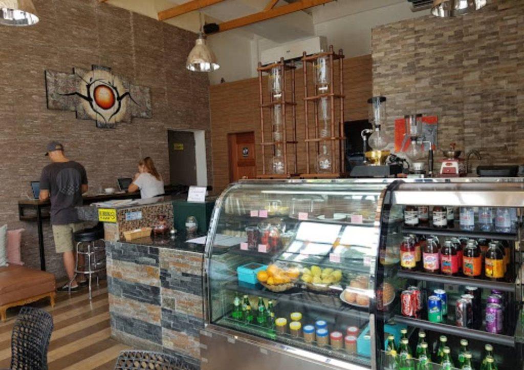 レストラン Sol Café(徒歩約5分。気さくなスタッフが多い、おしゃれなカフェ)