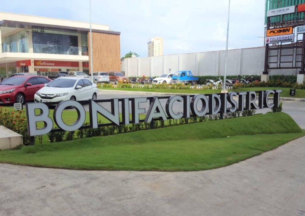 Bonifacio District(徒歩約15分。CoCo壱カレーや三ツ矢製麺、UCCカフェがある施設。日本の味が恋しくなったらここ)